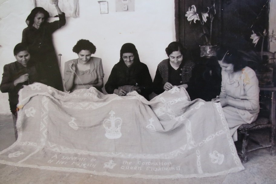 Mrs. Evdokia (on the right) in 1953 turned on a tablecloth for the deportation of Queen Elizabeth in England. Now, at the age of 84, embroidery embroidery remains embroidered.