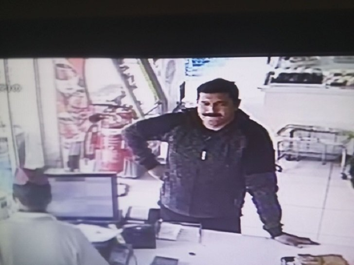 Police looking for man in connection with theft of money (picture)