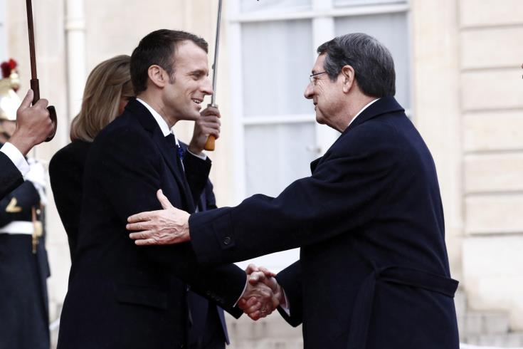 Paris: Cyprus President has brief contacts with world leaders