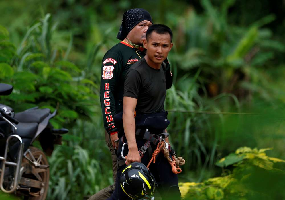 Operation to rescue boys trapped in Thai cave resumes