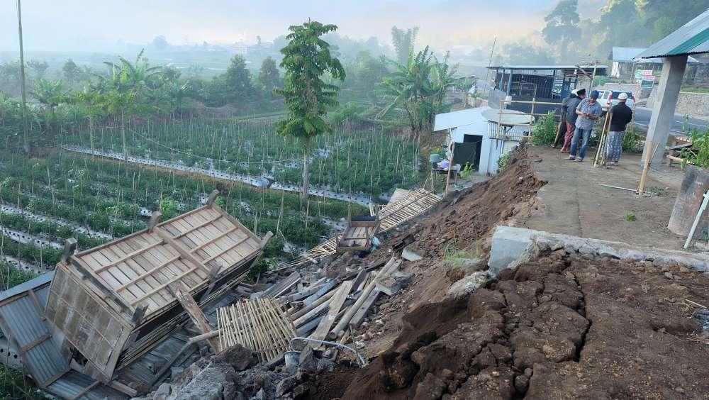 Hundreds head down Indonesia volcano slopes after quake terror