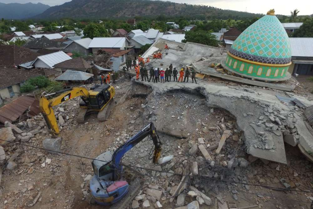 Buildings collapse as strong new quake rocks Indonesia's Lombok