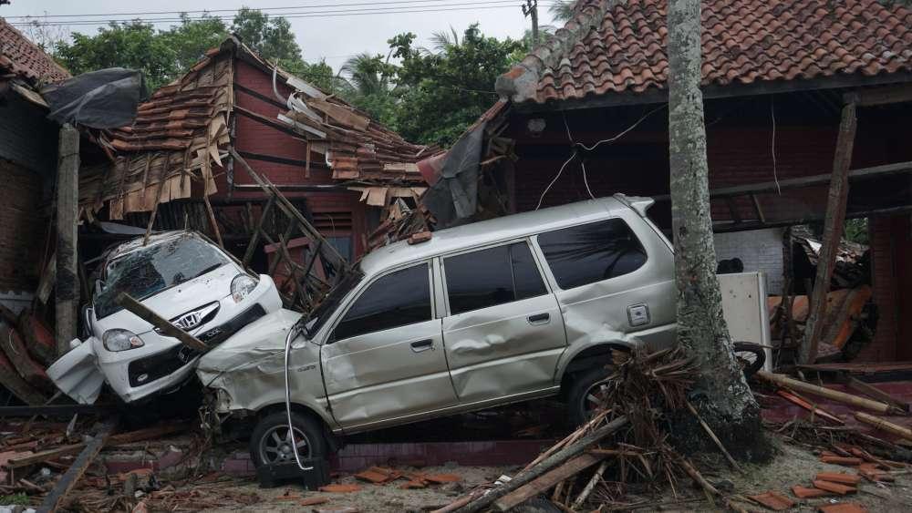 UPDATE - Tsunami from erupting Krakatau kills at least 222 in Indonesia (pics & videos)