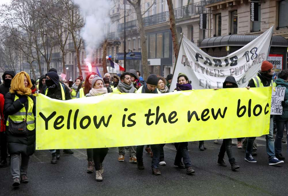 Scuffles break out as 'yellow vests' march in Paris in latest protest (video)