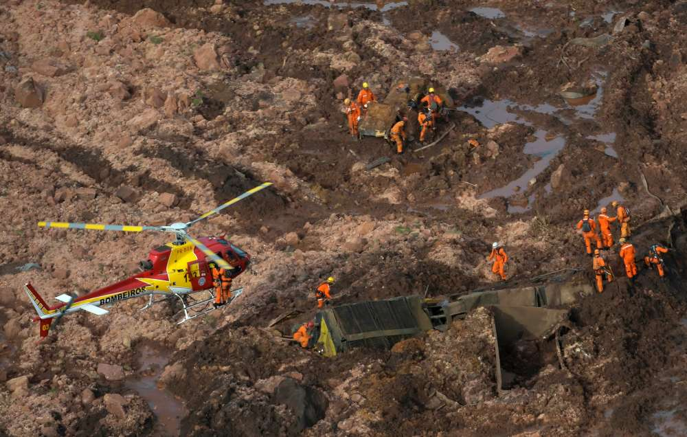 Brazil rescuers search for hundreds missing after mining dam burst (pics)