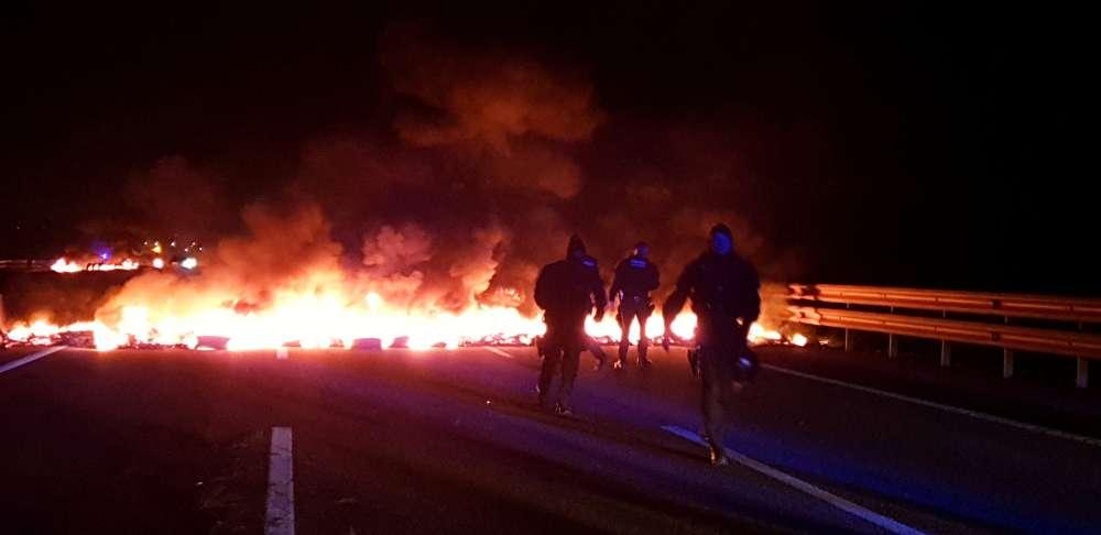 Catalonia protesters burn tires