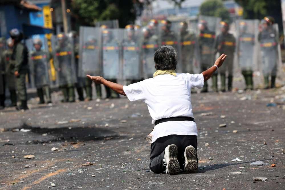 UPDATE -Venezuela humanitarian aid met with teargas and gunfire on borders (pics)
