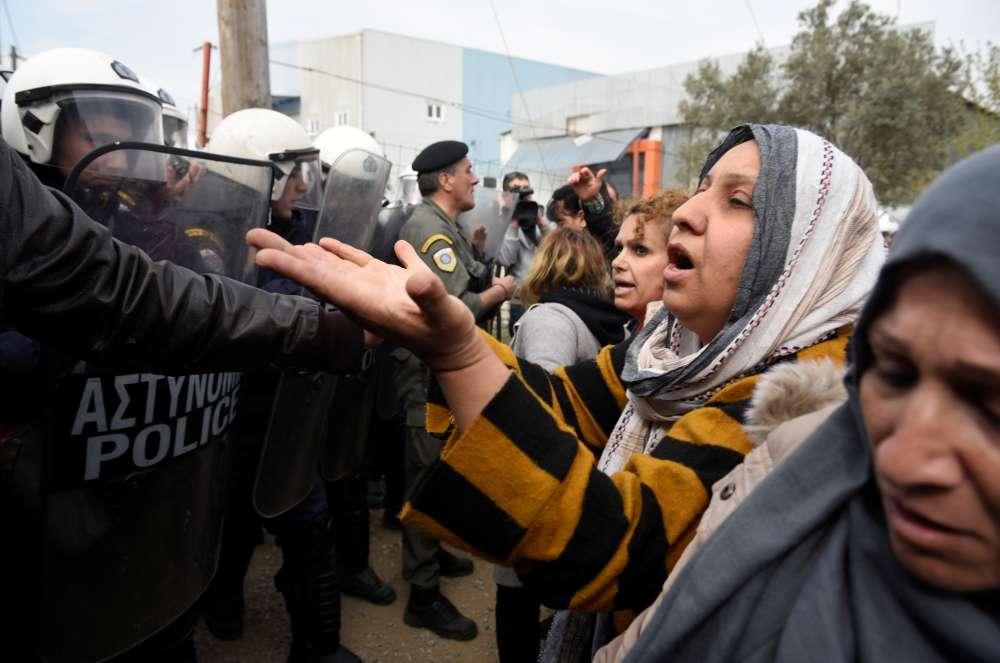 Greek minister urges migrants to leave border