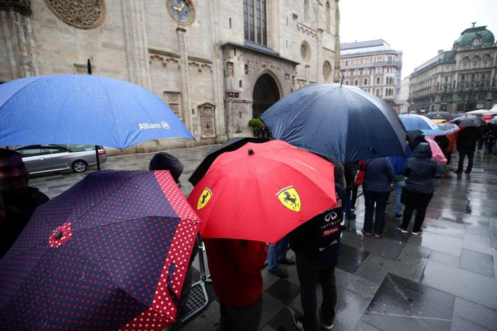 Fans queue to say last goodbye to racing legend Lauda in Vienna (photos)