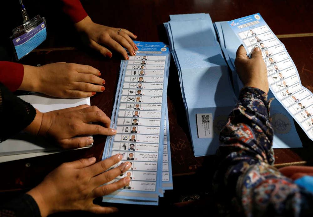 Afghan voters defy attacks