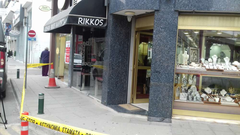 Four men sought for attempted robbery of Larnaca jewellery shop (photos)