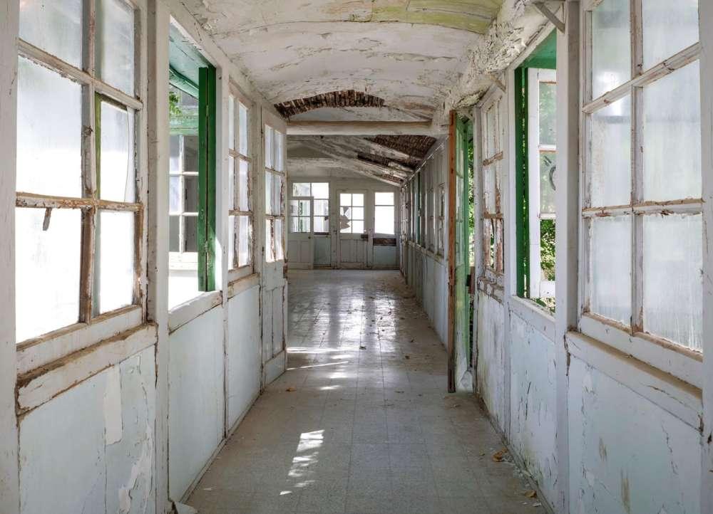 The eerie beauty of abandoned buildings: Foinikas village & Amiantos hospital (photos)