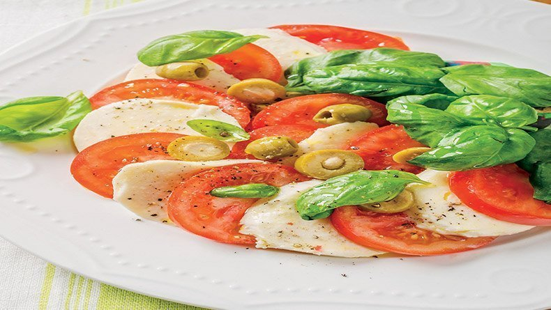 Caprese salad with halloumi