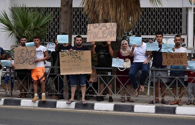 Iraqi refugees protest outside Labour Ministry (pictures)