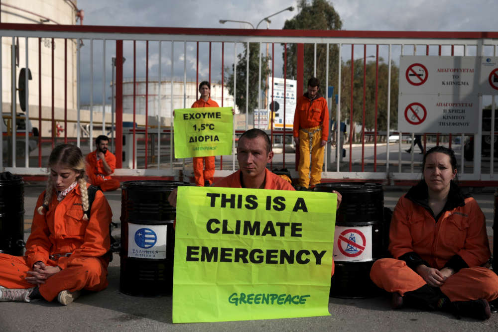 Greenpeace activists abseil down Hellenic Petroleum storage tank