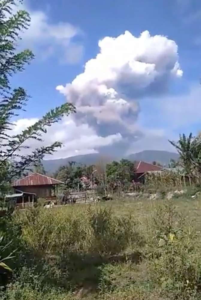 Sky: Volcano erupts on quake-hit Indonesian island (video)