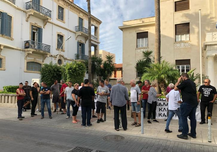 Misiaouli & Kavazoglou shop owners protest outside Limassol Town Hall (photos)