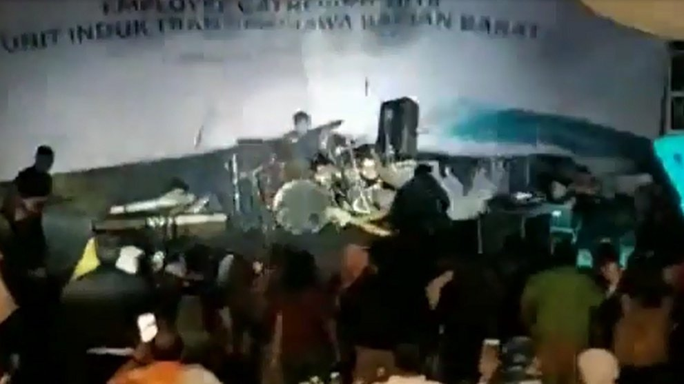 Tsunami wave sweeps off band during concert in Indonesia (video)