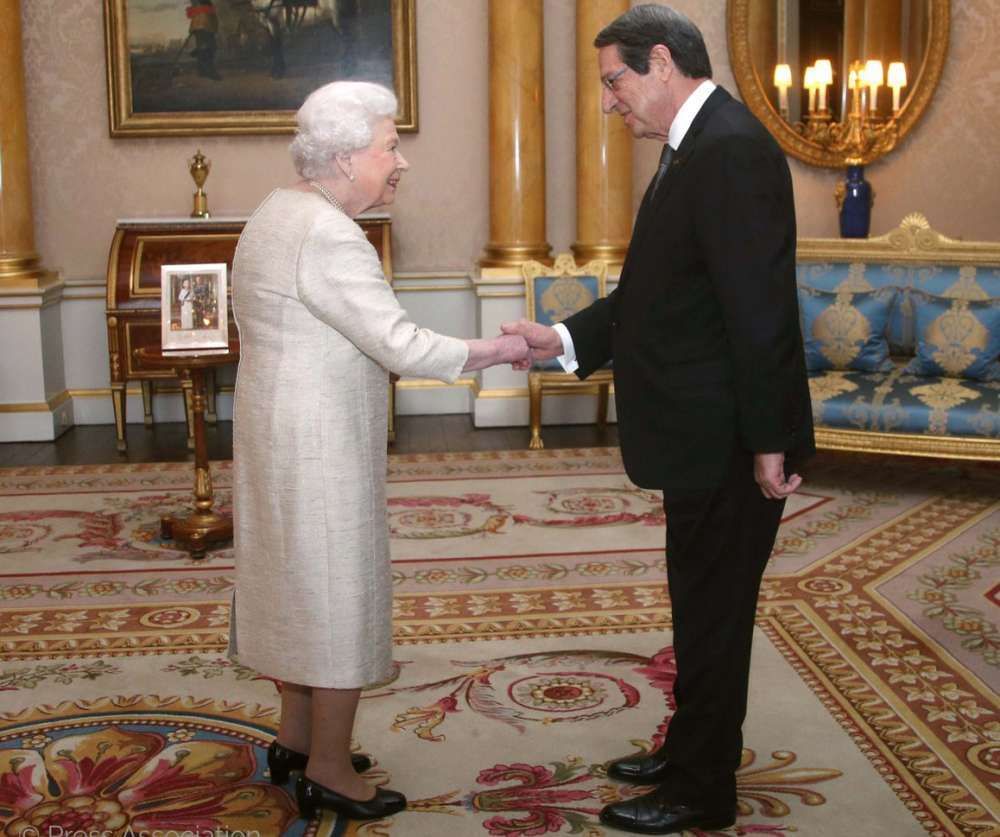 President of the Republic received by Queen Elizabeth