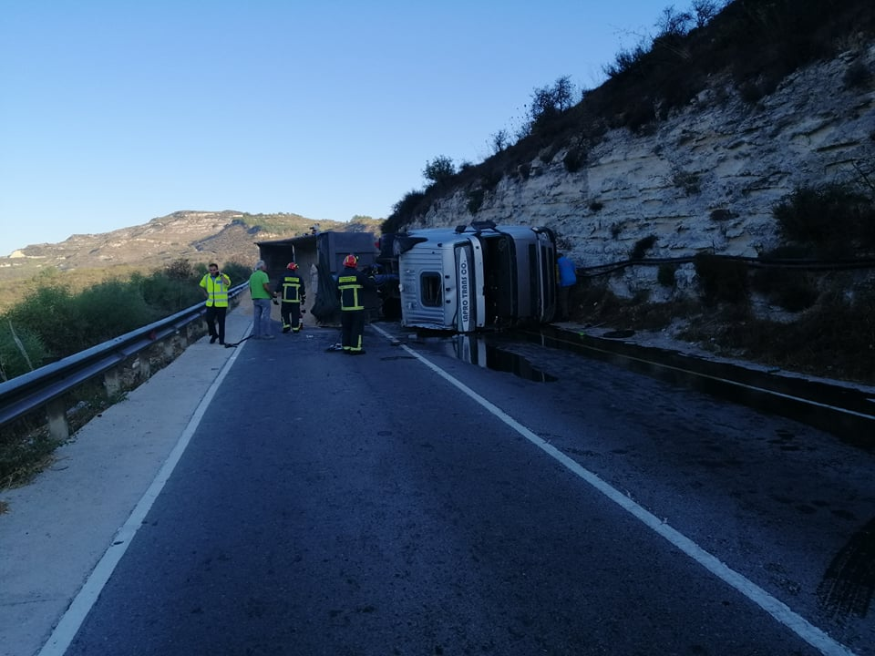 Paphos: Traffic congestion after truck overturns