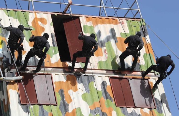 Police anti-terrorist squad in training (video)