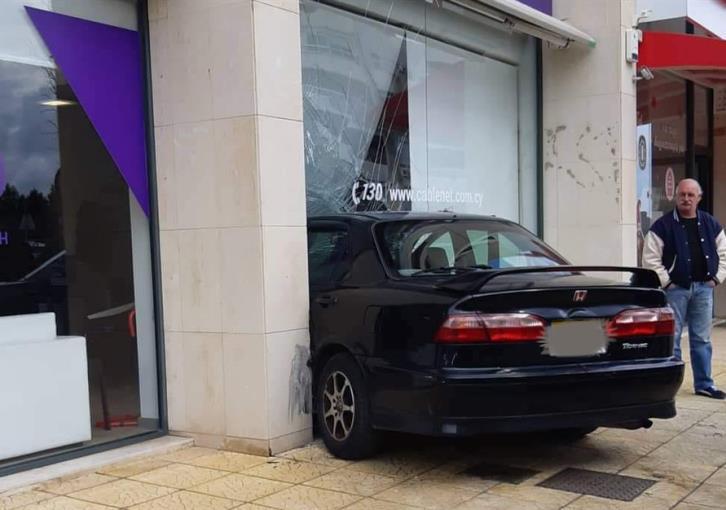 Limassol: Car crashes through shop window (photos)