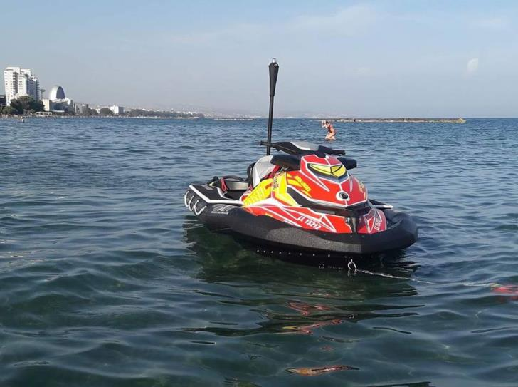 Limassol: lifeguards with jet ski save two children from drowning