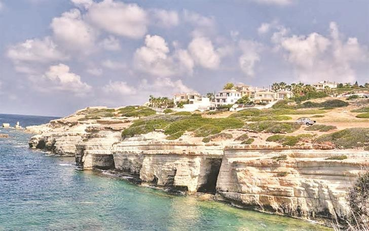 Ministry bans fishing and boats in Peyia sea caves area to protect seals