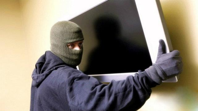 Limassol: Police arrest two suspected thieves carrying TV
