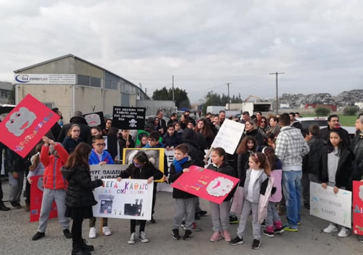 Dali pupils protest against air pollution by local factories (photos)