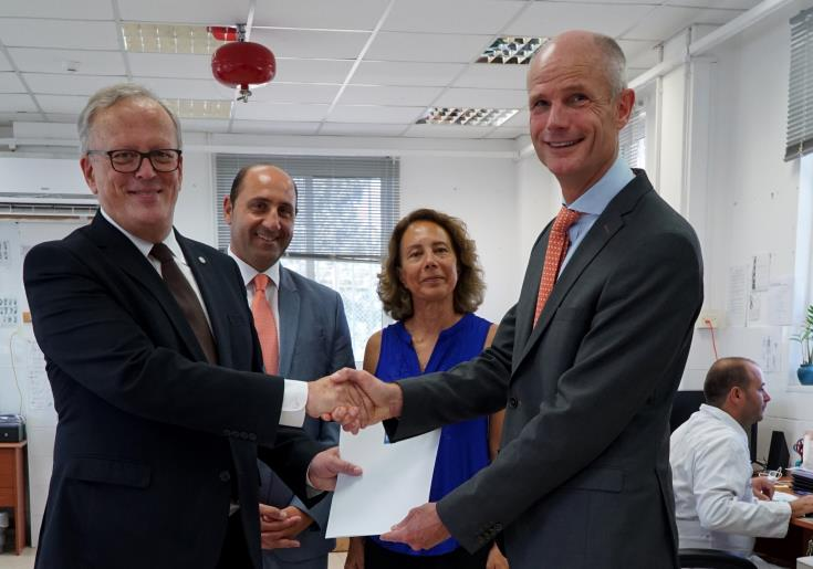Dutch Foreign Minister presents €50