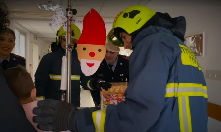 Firefighters give presents to Makarios Hospital children (video)