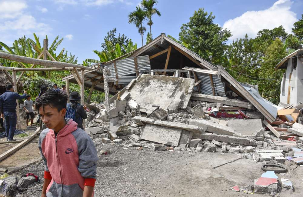 Several hundred stranded on Lombok volcano after earthquake
