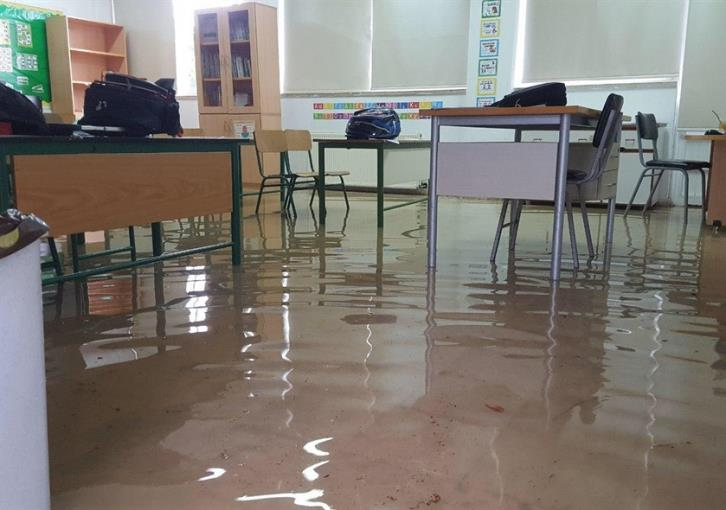Limassol primary school 'turns to lake' after yesterday's downpour (photos)