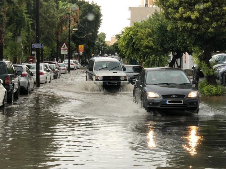 Heavy downpour floods Limassol streets (videos