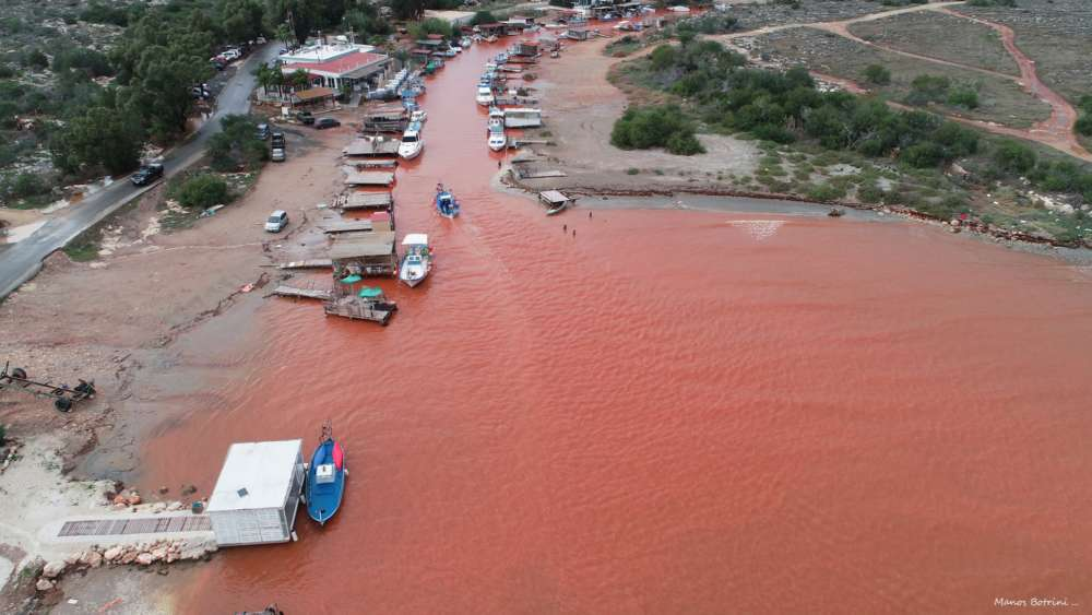 Red soil turns Liopetri river red (photos)