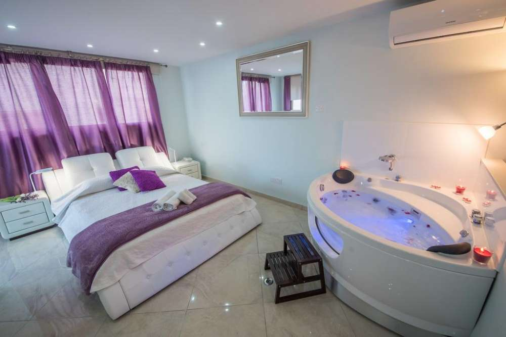 Mesogios House Suites: A jacuzzi experience in Larnaca