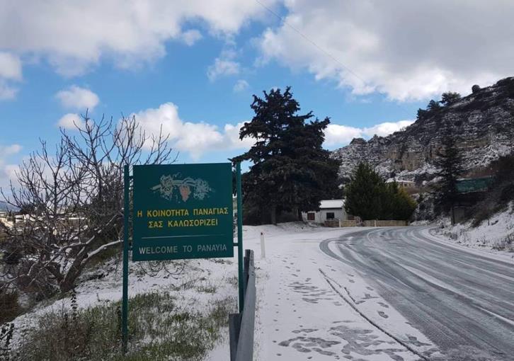 Snow drapes mountain villages in Paphos (photos)