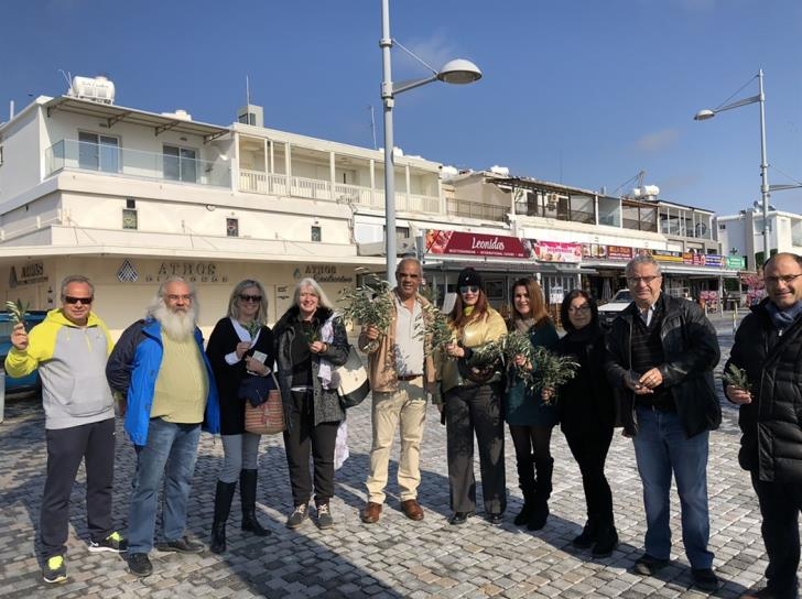 Paphos: Citizens cast olive branch wreaths in sea at bi-communal peace event (photos)