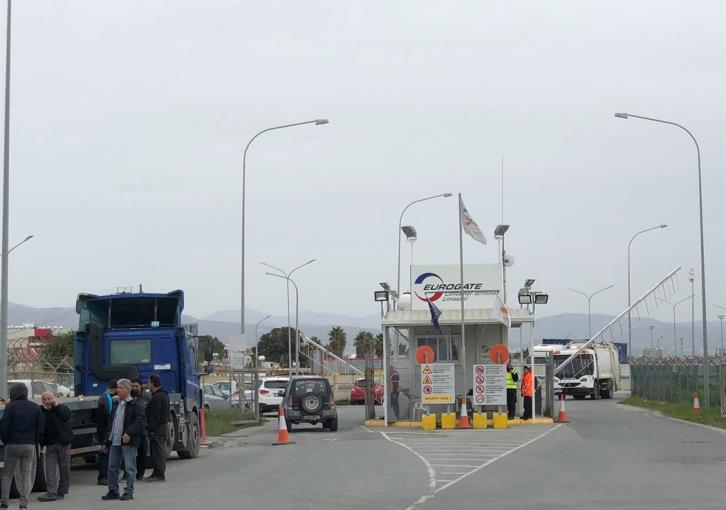 UPDATE-Truck drivers stage work stoppage at Limassol port (photos)