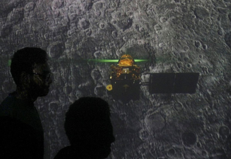 UPDATE-India loses contact with spacecraft on mission to the moon