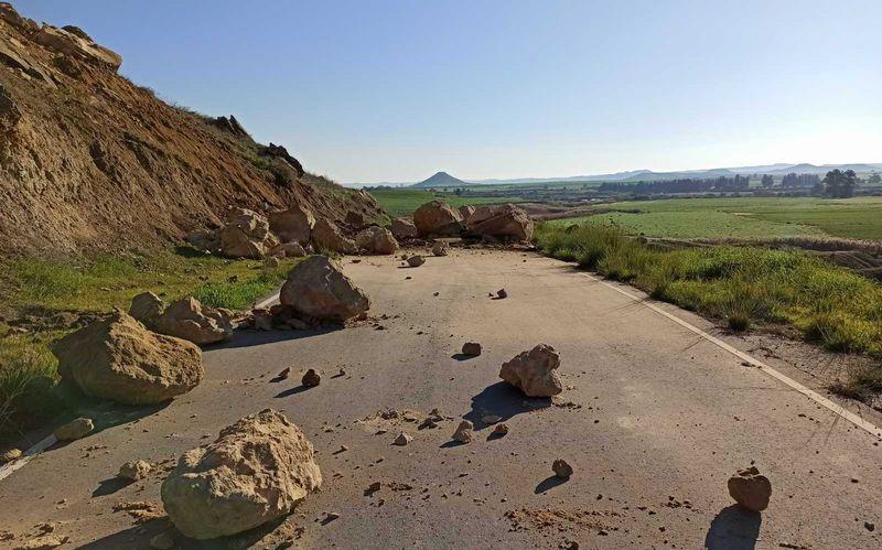Ayios Sozomenos-Potamia road closed because of rockfall