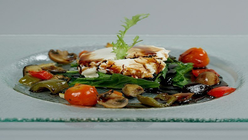 Goat's cheese salad with oven-baked vegetables