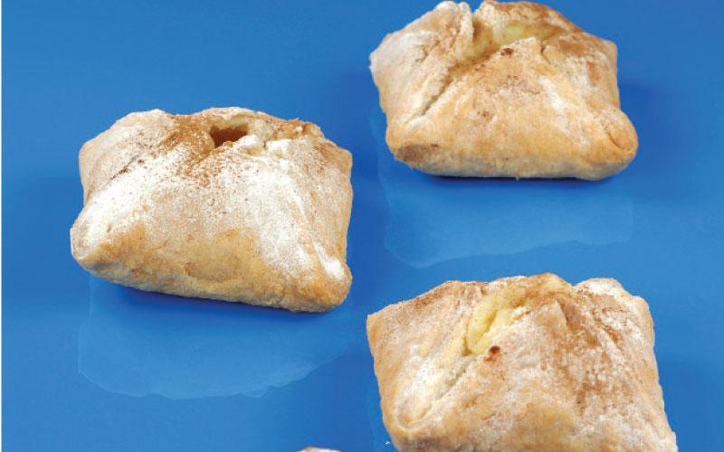 Small apple pies with cream