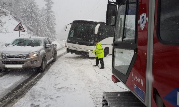 Updated: Police assist bus with 25 tourists stranded in snowy Troodos