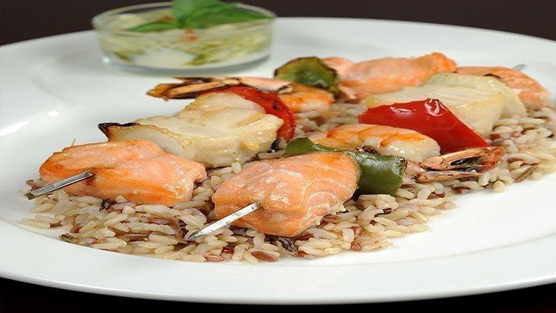Seafood souvlaki with mixed rice