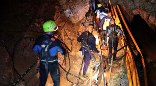 Rescuers begin mission to extract Thai cave boys