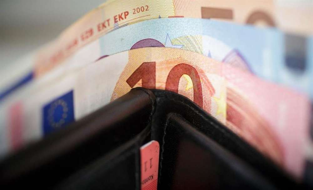 Man finds wallet with €2000 and delivers it to the police