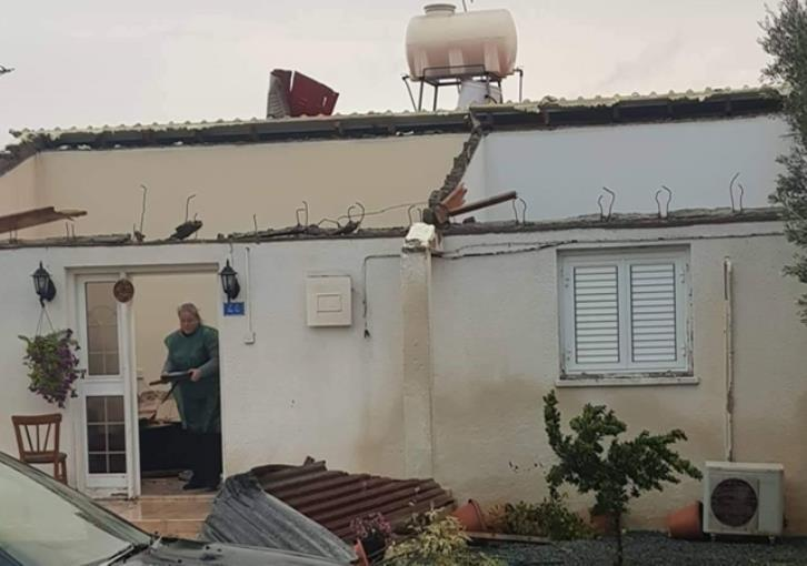 Xylofagou: Roof blown away by wind (photos)