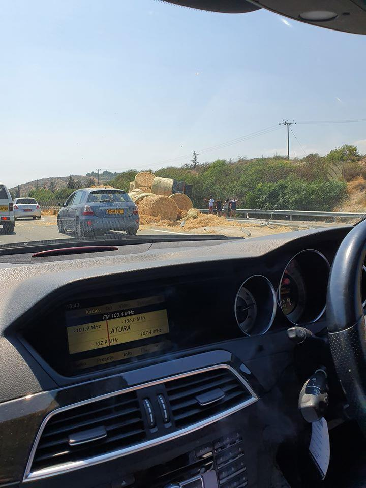 Section of Limassol-Nicosia highway closed after hay truck accident (photos) 2